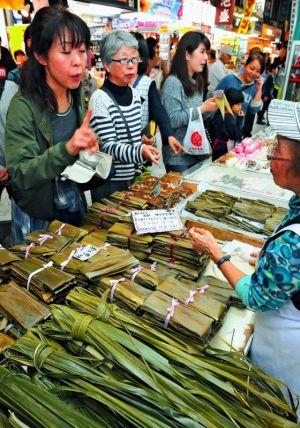 那覇市松尾の松原屋製菓は、ムーチーを買い求める客でにぎわった(喜屋武綾菜撮影)
