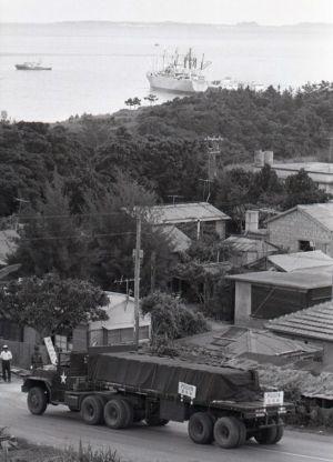 (資料写真)トレーラーに積まれ移送される毒ガス兵器=1971年7月15日