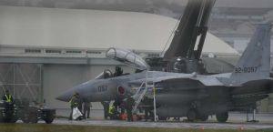 前輪が外れて滑走路上に停止した航空自衛隊のF15戦闘機=30日午後2時37分