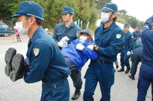 機動隊に強制排除される市民ら=24日午前8時50分ごろ、名護市辺野古・キャンプ・シュワブゲート前