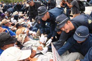 ヘリパッド建設に反対する市民と機動隊員