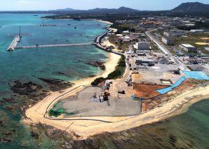 造成作業が始まった「N3」護岸建設予定地(手前)=9日午後1時40分、名護市辺野古の米軍キャンプ・シュワブ沿岸(小型無人機で撮影)