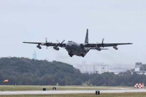 パラシュート降下訓練を終えて米軍嘉手納基地に戻ったとみられるMC130特殊作戦支援機=23日午後零時半ごろ、米軍嘉手納基地(読者提供)