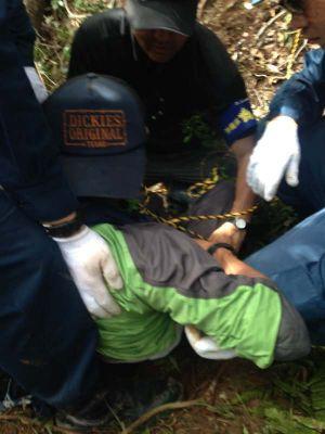 米軍北部訓練場内で抗議行動する市民をロープで縛る警察官=28日午後(提供)