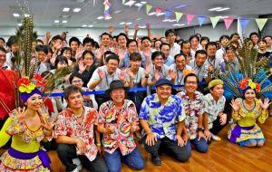 演奏と踊りを披露したBEGIN・宮城姉妹と、体を動かしたオムロンの社員ら=22日夜、東京・品川のオムロンヘルスケア