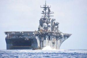 キャンプ・シュワブ沖で水陸両用車を下ろして訓練する米軍の強襲揚陸艦ボノム・リシャール=18日午前11時39分