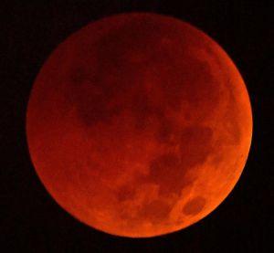 左上から欠け始め、皆既食となって赤く染まった月=28日午前4時47分(宜野湾市真志喜で国吉聡志撮影)