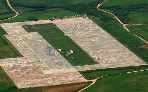 着陸帯「LHDデッキ」の改修工事が始まった米軍伊江島補助飛行場=22日午後2時すぎ(琉球朝日放送提供)