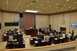 F15墜落事故に全会一致で抗議する嘉手納町議会=13日午前10時半