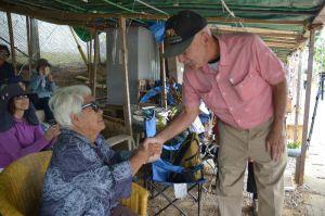 新基地建設に反対する人々のテントを訪れた元米兵のクレイグ・アンダーソンさん(右)=1日、午前11時すぎ