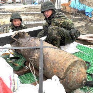 那覇市で見つかった不発弾を回収する自衛隊員(資料写真、2016年5月撮影)