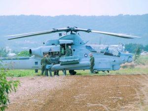 農道に不時着した米軍ヘリの点検をする米兵ら=21日午前10時半ごろ、うるま市与那城伊計島