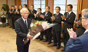 花束を受け取り笑顔を見せる浦崎唯昭副知事(左)=30日午前、県庁