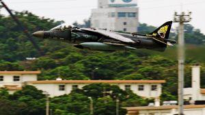 嘉手納基地を離陸するAV8Bハリアー。機体番号などから事故機とみられる=22日午後1時11分、嘉手納基地(読者提供)