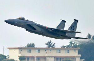 墜落事故から2日後に飛行を再開したF15戦闘機=13日午前7時52分、米軍嘉手納基地(国吉聡志撮影)