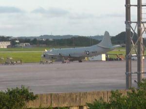 嘉手納基地の旧駐機場で、エンジンをかけた状態で駐機している米海軍P3C対潜哨戒機=4日午後6時40分ごろ(読者提供)