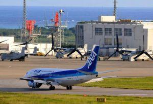 普天間飛行場から資機材を運んで到着した機体を含めて、一時、オスプレイ3機が駐機場に並んだ=2日午後5時半ごろ、石垣市白保・新石垣空港
