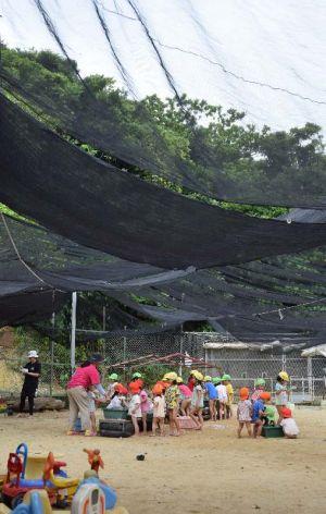 緑ヶ丘保育園園庭でシャボン玉で遊ぶ園児たち。落下事故の時も、園庭には多くの園児がいた=6日午前9時46分、宜野湾市野嵩・緑ヶ丘保育園