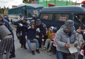 体を抱えられ移動させられる市民ら=28日、名護市辺野古の米軍キャンプ・シュワブゲート前