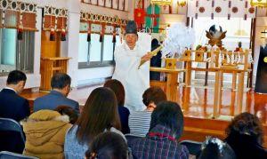 縁結びと健康を祈る神主と参加者=那覇市・沖縄県護国神社