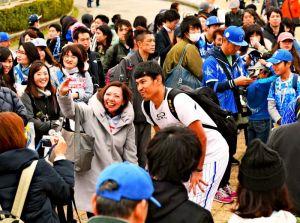 記念撮影に応じるDeNAの伊納翔一選手(中央)=1日午後、アトムホームスタジアム宜野湾(喜屋武綾菜撮影)