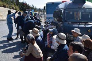 資材搬入車両を前に座り込む市民ら=10日午前9時、米軍キャンプ・シュワブゲート前