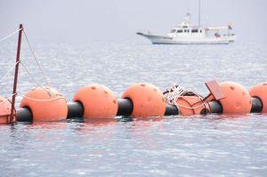 防衛局が張ったフロート。ロープを通した支柱が海中に倒れ、重りが海面上に突き出ている=21日、名護市辺野古のキャンプ・シュワブ沖