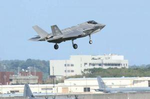 米軍嘉手納基地に暫定配備された最新鋭ステルス戦闘機F35Aの初訓練が確認された=7日午前11時35分、米軍嘉手納基地(読者提供)