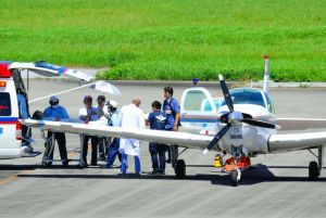 MESH飛行機で那覇空港から久米島への患者を移送した=6月日、久米島空港