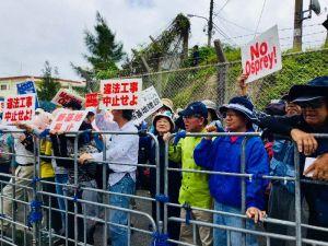 米軍キャンプ・シュワブのゲート前で辺野古の新基地建設に反対し、強制排除された市民ら=14日、名護市辺野古