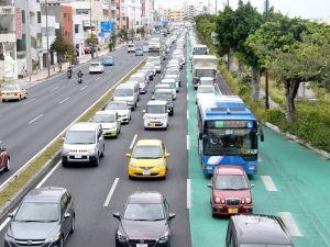 米軍の大型トラック移動後も渋滞が続く国道58号の北向け車線=24日午後3時47分、浦添市城間