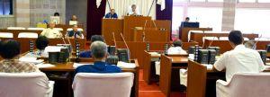 陳情採択について議論する名護市議会の本会議=9月28日