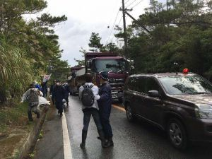 抗議する市民を路肩に追い込み、ダンプカーを通す機動隊=19日午前9時20分ごろ、東村高江の県道70号