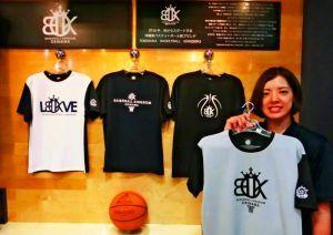 沖縄発のバスケブランド「OBK」をPRするステップバイステップのスタッフ=那覇市牧志の同社