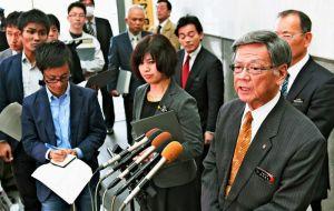 辺野古海上のコンクリ-トブロック投入について記者の質問に答える翁長雄志知事=7日午後、県庁