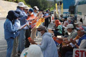 歌を歌って新基地建設に抗議する市民=5日午前9時ごろ、名護市辺野古・米軍キャンプシュワブゲート前