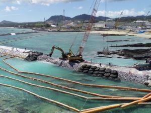 「K4」護岸に石材が次々と投下され、囲い込まれた埋め立て区域=7月19日、名護市辺野古(小型無人機で撮影)