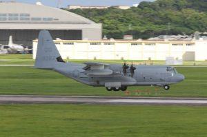 米本国で墜落した機体と同型で、所属する岩国基地から嘉手納基地に飛来するKC130空中給油機=12日午後5時23分、米軍嘉手納基地(読者提供)