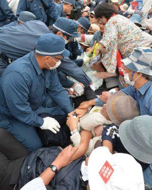 座り込みで抵抗する市民を強制排除する機動隊=23日午前9時20分ごろ、名護市のキャンプ・シュワブゲート前