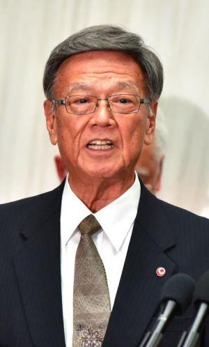 奥港の使用許可について記者会見した翁長雄志知事=15日午後、県庁