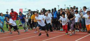 50メートル走で懸命にスタートを切る参加者ら=5日午後、米軍嘉手納基地内