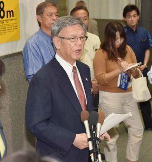 トランプ氏当選確実を受け、記者の質問に答える翁長雄志知事=9日午後5時45分、沖縄県庁