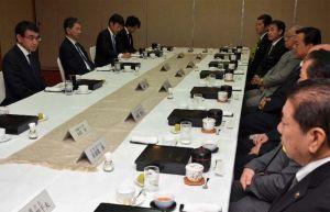 県内の保守系市長8人と昼食会で会談する河野太郎外相(左端)=2日午後、那覇市内のホテル