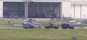 嘉手納基地に飛来した、渡名喜村で不時着した米軍のAH1Z攻撃ヘリ。渡名喜島から普天間飛行場に戻る途中で嘉手納基地に降り、機体からロケット訓練弾を降ろす様子が確認された=24日午前11時41分、米軍嘉手納基地(読者提供)