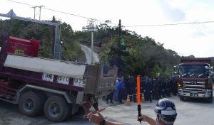 東村高江のN1ゲートへ土砂や資材を積んだ大型ダンプが次々と進入する=2016年11月