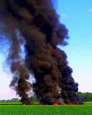 10日、米ミシシッピ州の海兵隊機墜落現場で立ち上る煙(ジミー・テーラー氏提供・AP=共同)