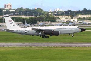 米軍嘉手納基地に着陸する電子偵察機RC135S。北朝鮮が発射実験したミサイルの弾道を追尾した任務の後とみられる=4日午後3時ごろ(読者提供)