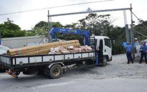 N1表から資材を搬入するトラック=4日午前8時46分、国頭・東の村境