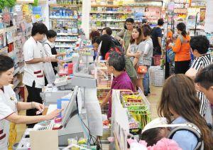 多くの観光客が並ぶドラッグストアのレジ=4月25日、那覇市・国際通り