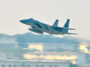 嘉手納基地を飛び立つ米軍戦闘機(資料写真、2014年3月撮影)